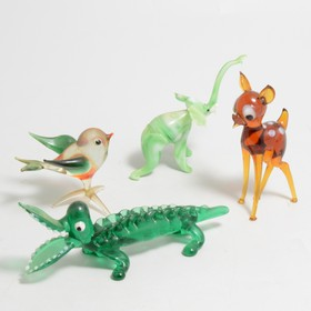 A quantity of vintage miniature glass animals